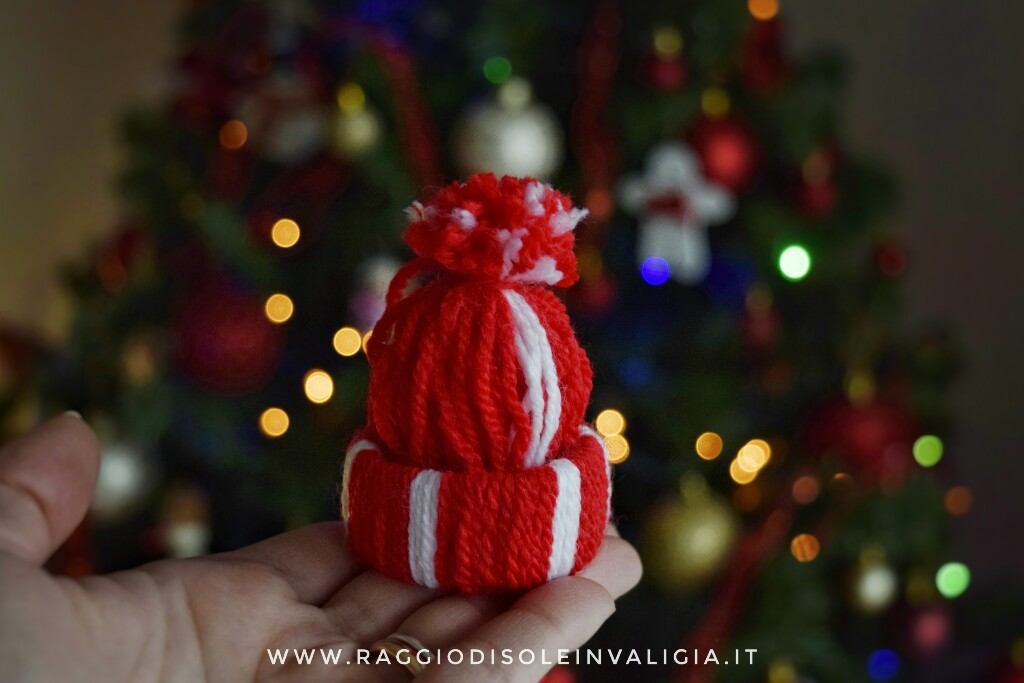 tutorial semplice berretto in lana, decorazione per l'albero di Natale