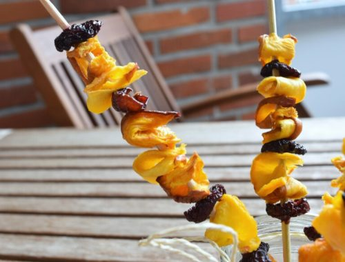 Spiedini di frutta essiccata, ciliegie e pesche