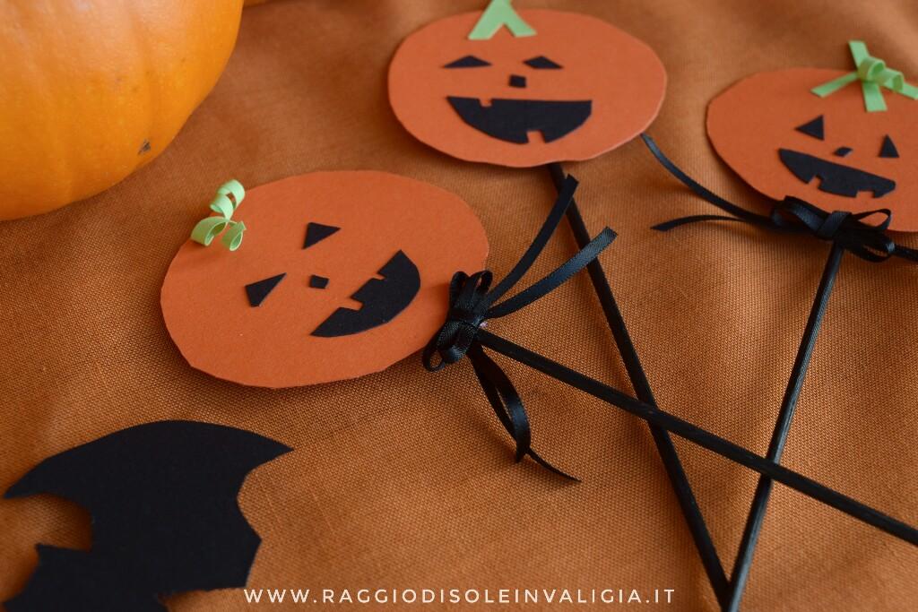 decorazioni con la carta sulla stecco per Halloween, zucca