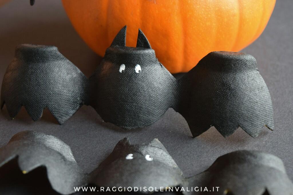 Pipistrelli di riciclo per halloween con la confezione delle uova