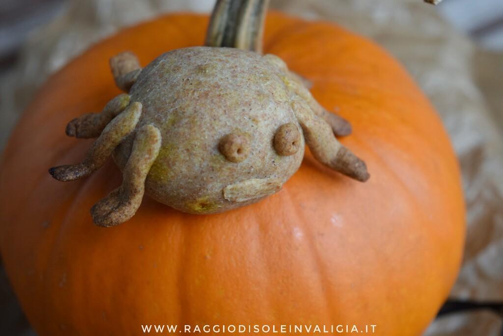 rustici mostruosi alla zucca e salsiccia per halloween