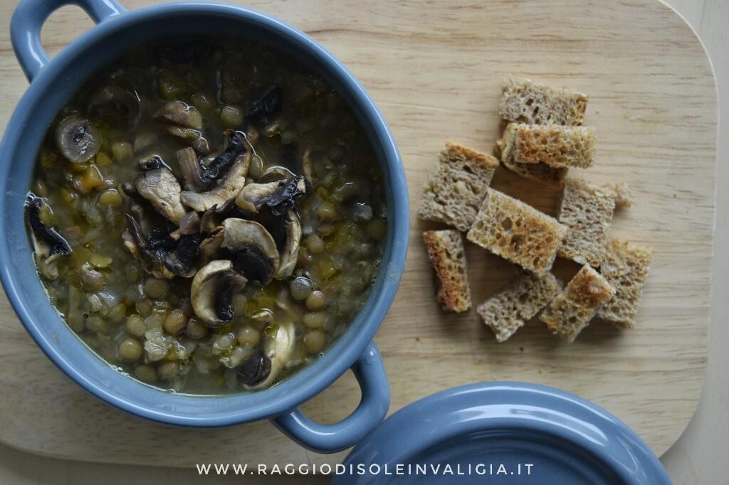 zuppa dai profumi autunnali con lenticchie, zucca e funghi