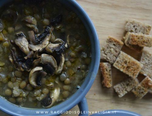 zuppa calda dai profumi autunnali con lenticchie, zucca e funghi, ricetta semplice