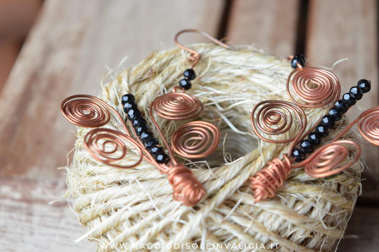 Idea regalo: orecchini farfalla in rame con tecnica wire