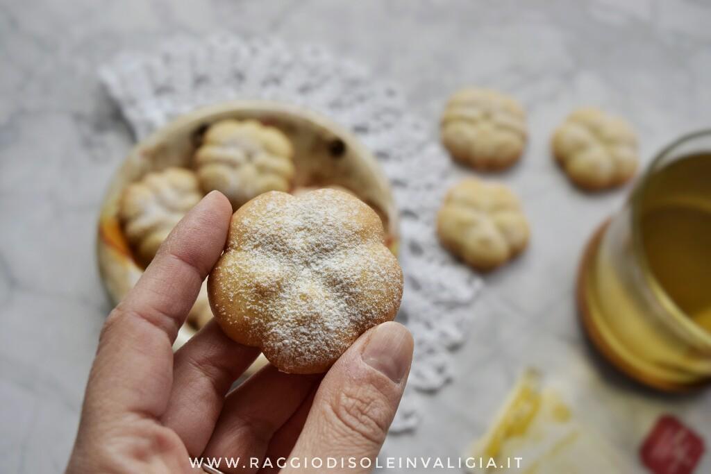 Semplicissimi biscotti di frolla montata all'olio per spara biscotti o sac à poche