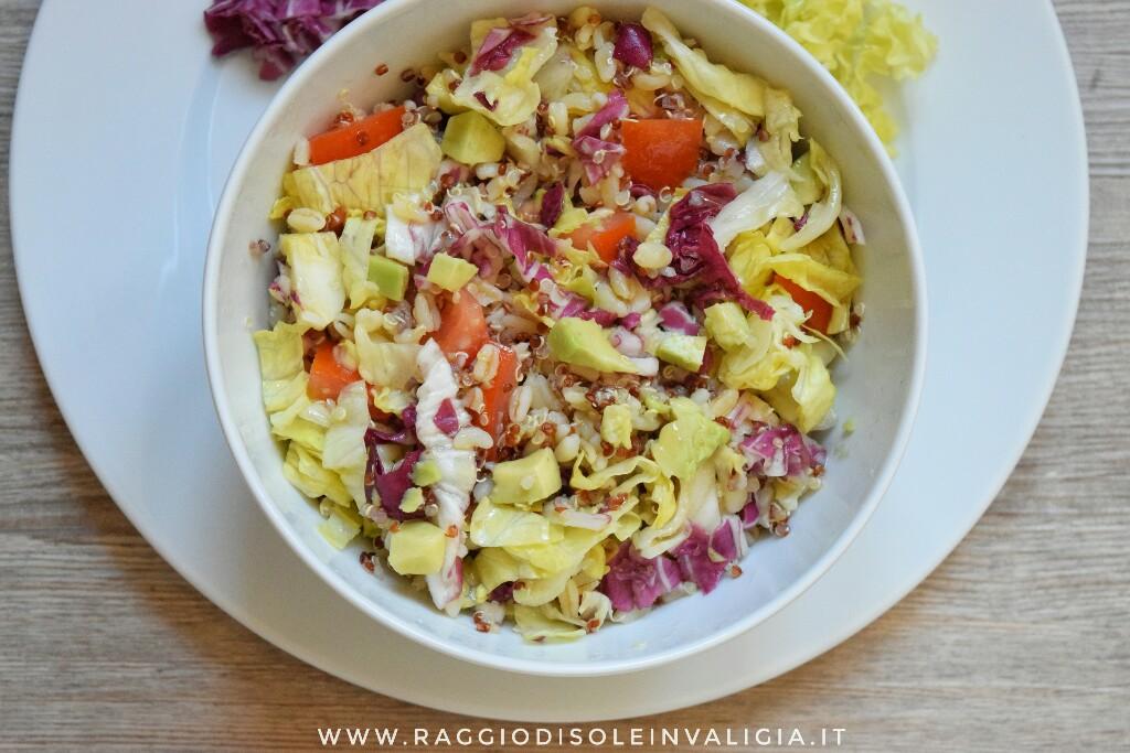 Insalatona con avocado e quinoa primaverile e leggera