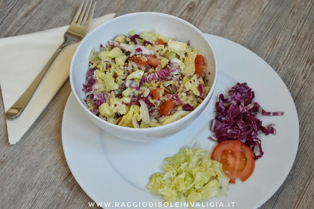 Insalatona con avocado e quinoa primaverile, fresca e leggera
