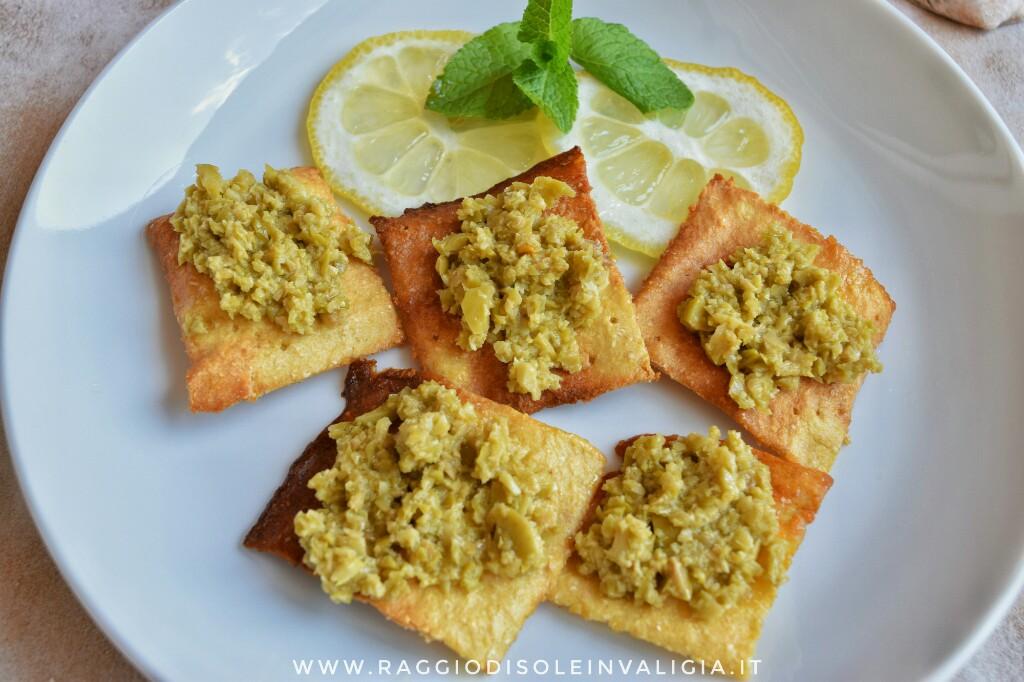 5+1 ricette per un antipasto estivo, patè di olive su crostini di farina di ceci gluten free