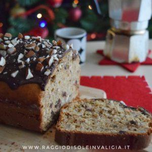 Plumcake per la colazione di Natale con mandorle e cioccolato
