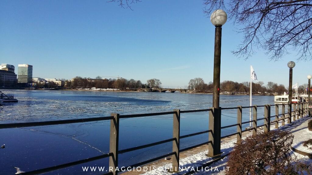 Amburgo: il lago Alster (Binnenalster) ghiacciato, centro città