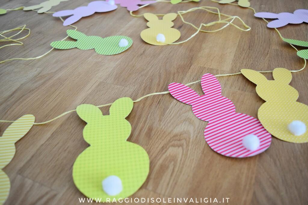 Decorazione pasquale con coniglietti in cartoncino colorato