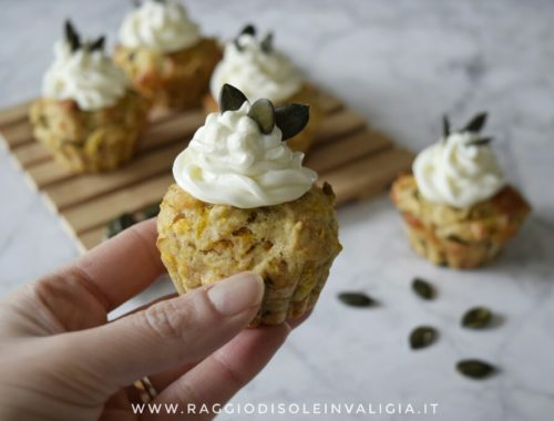 Muffin salati di zucca con frosting al formaggio cremoso, semplici e buoni