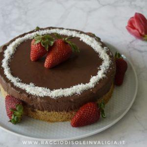 Torta, senza cottura e senza lattosio, con cioccolato e fragole