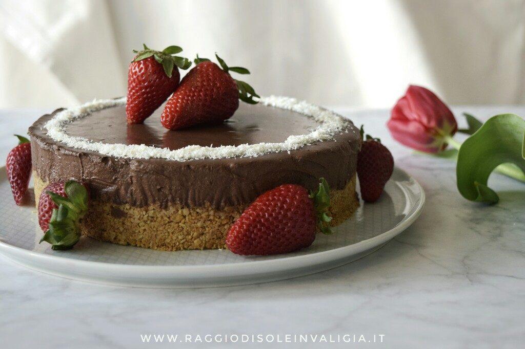 Torta primaverile, senza cottura e senza lattosio, con cioccolato, cocco e fragole