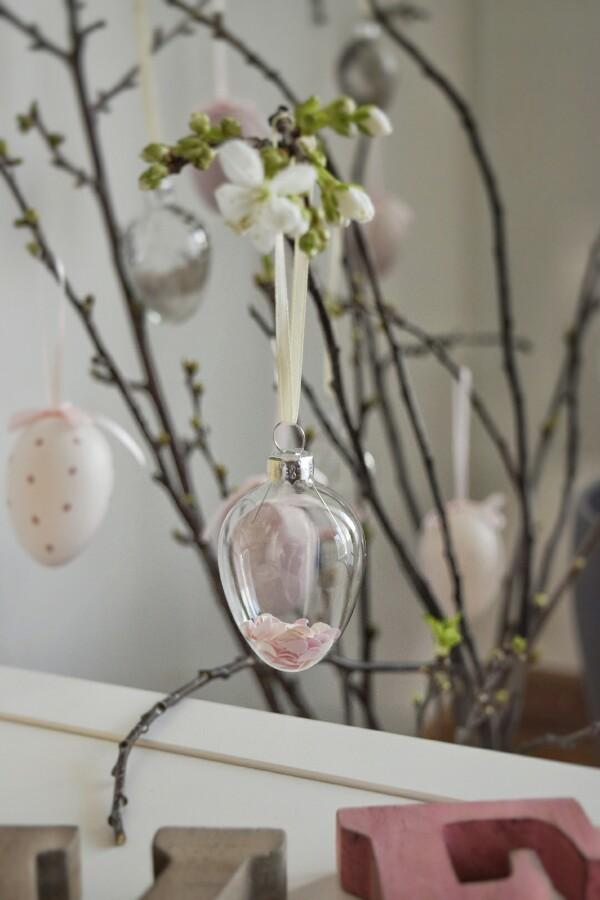 Decorazioni pasquali con le uova trasparenti per l'albero di Pasqua