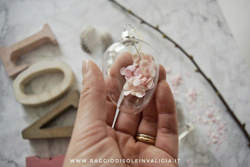 Decorazioni pasquali con le uova trasparenti e sfumature di rose
