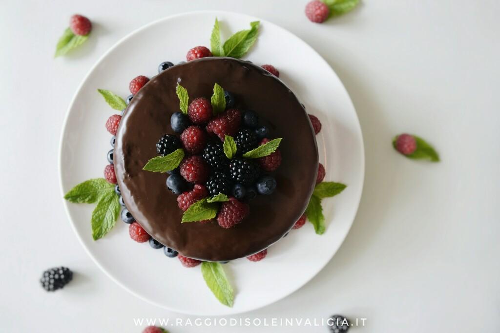 Torta di compleanno golosa, con cioccolato, nutella e frutti rossi