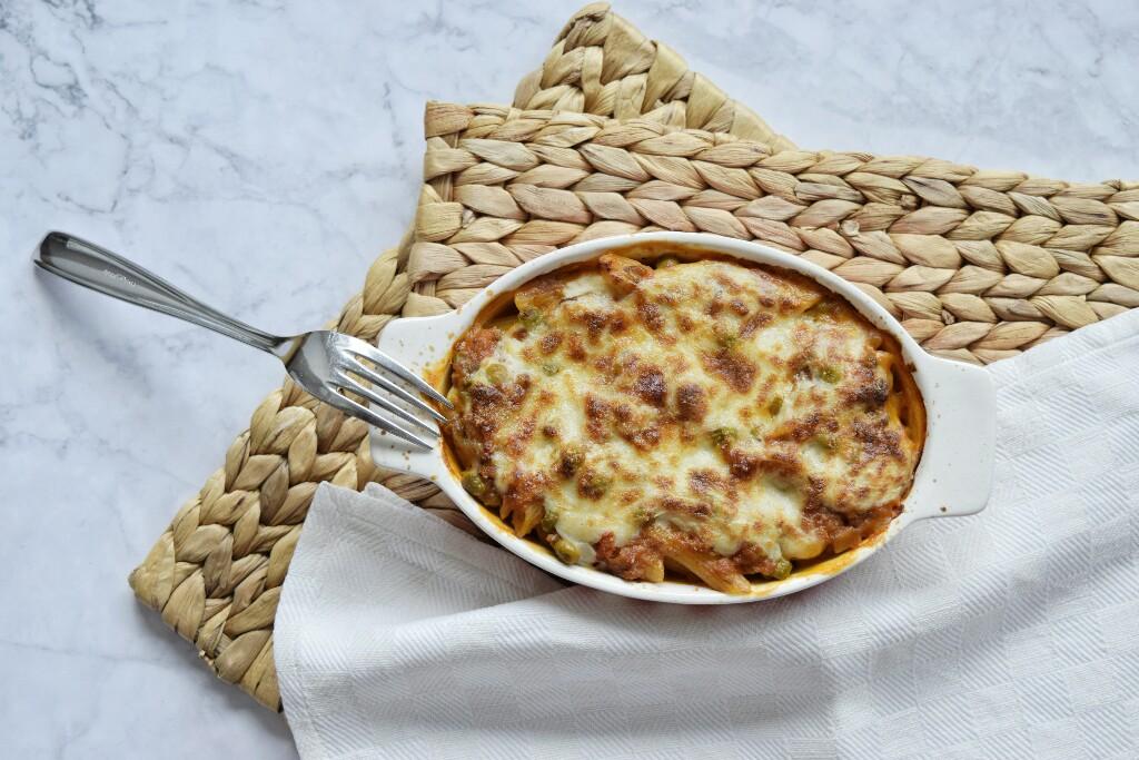 Pasta al forno vegetariana con i piselli, semplice e veloce