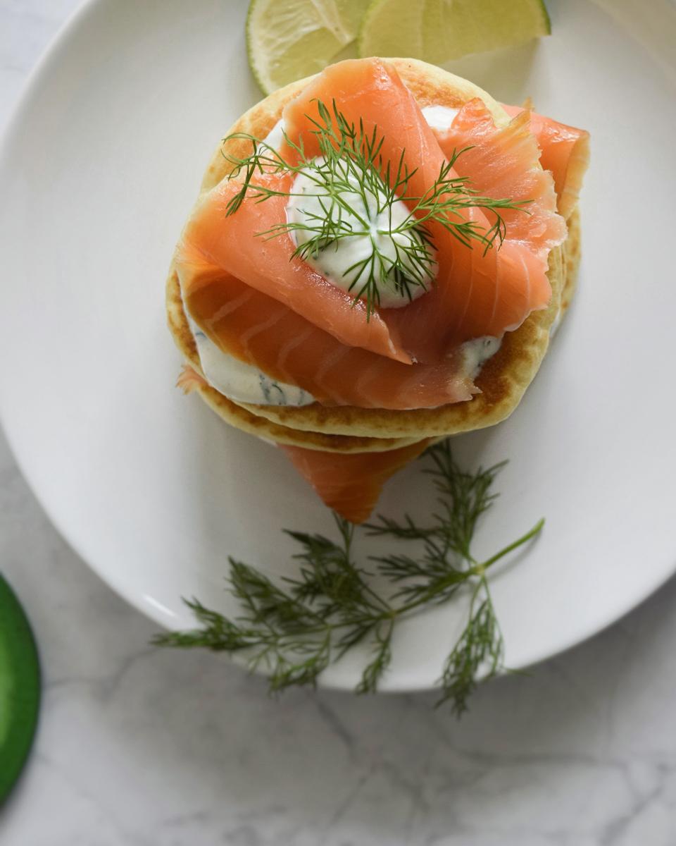 Pancake salati al salmone affumicato e lime