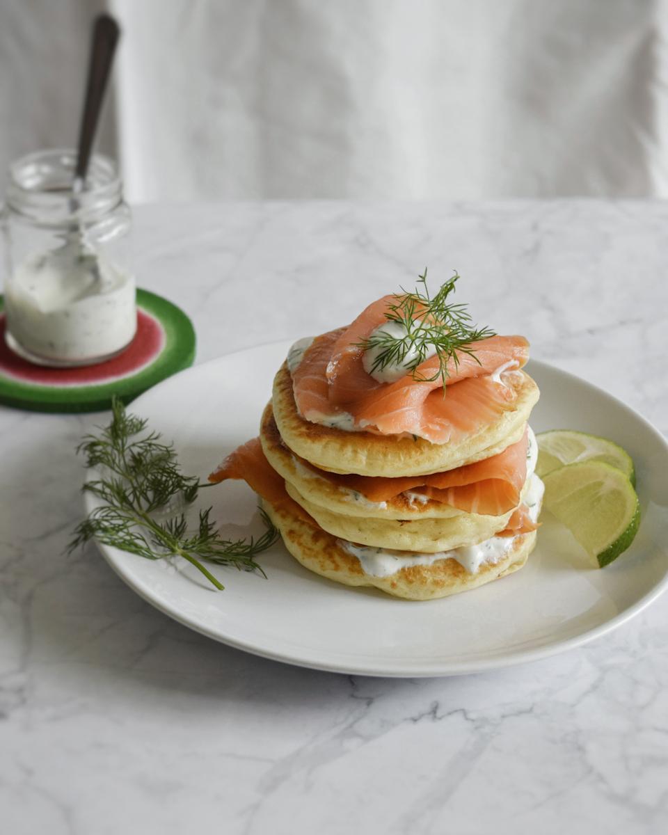 Pancake salati al salmone affumicato e salsa allo yogurt