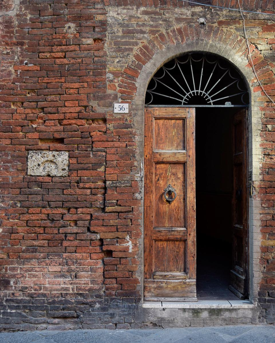 Portone dei vicoli di Siena
